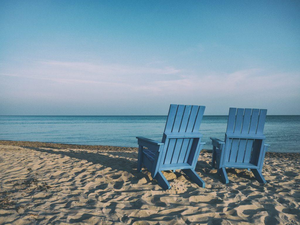 2 blaue Stühle am Strand - Entspannung